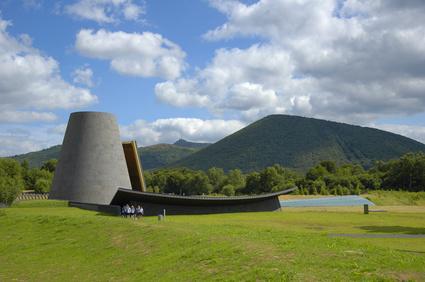 Parc de Vulcania et Puy-de-Dôme en fond, Auvergne, France
